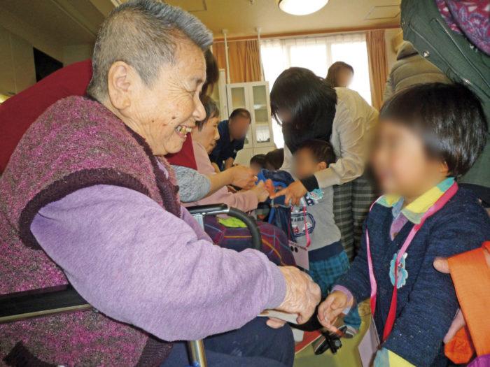 味生児童館2歳児による慰問-2